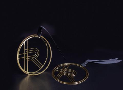 Boule de Noël minimaliste reprenant le logo R de Rochas