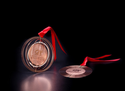 Finition or rose pour cette boule de Noël haut de gamme en métal