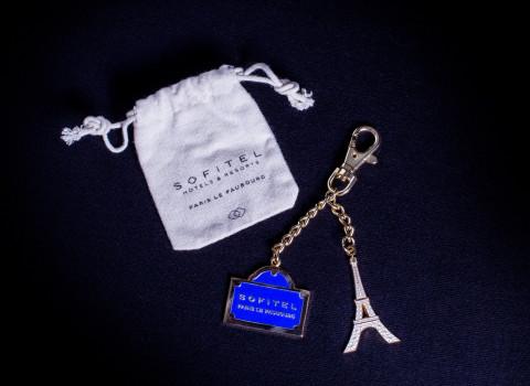 Porte-clés prestige en métal, comprenant des charms émaillés personnalisés