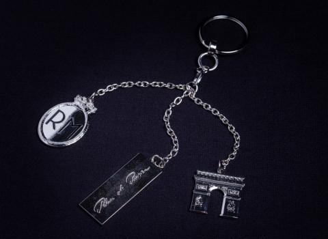 Fabrication d'un porte-clés luxe comprenant plusieurs charms personnalisés montés sur chaine