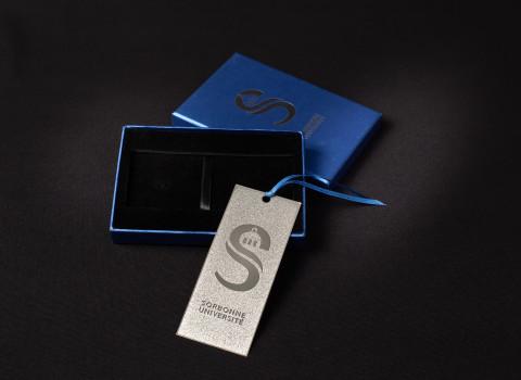 Marque page argenté en inox, comprenant un effet de micro-gravure, livré en coffret