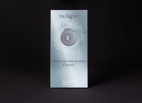 Marque page en métal personnalisé pour Twilight, clipsé sur une cartelette imprimée