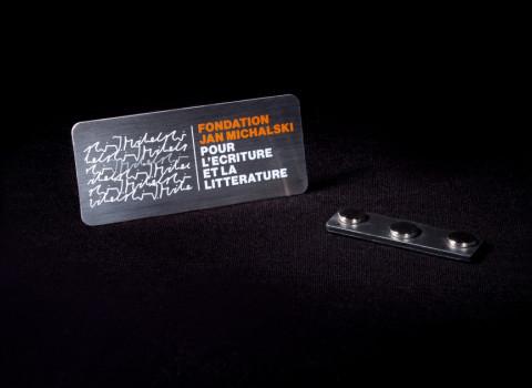 Badge d'identification du personnel - Finition inox brossé et impression sérigraphique 2 couleurs du logo