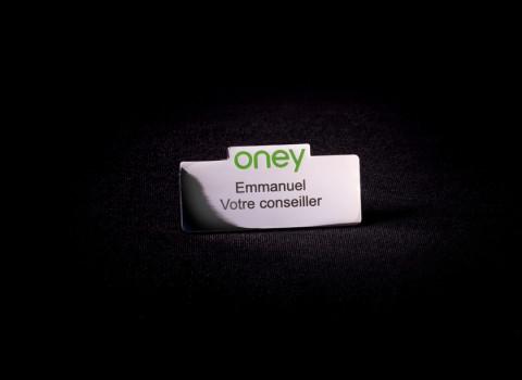 Badge nominatif personnalisé en laiton - Finition argentée et logo émaillé