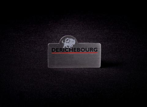 Badge nominatif personnalisé, fabriqué sur base inox brossé, et attache aimantée