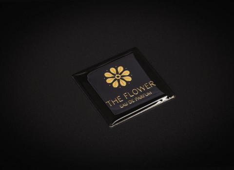 Nos plaques sont munies d'un adhésif puissant sur le verso, vous permettant de signer vos produits de luxe